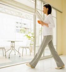 家の中での危険な場所の事故原因と対策。出入口、階段、大きなガラスなどの画像