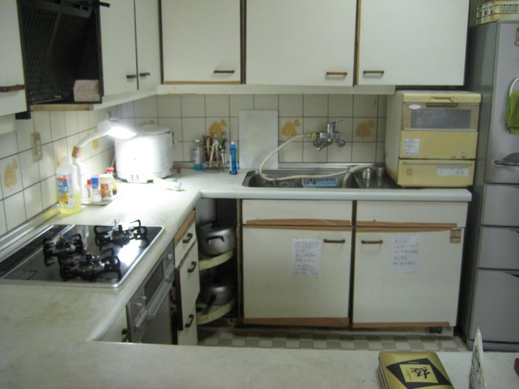 劣化により長年愛用してきたキッチンの扉や棚に不具合。最新のキッチンへ取り替え