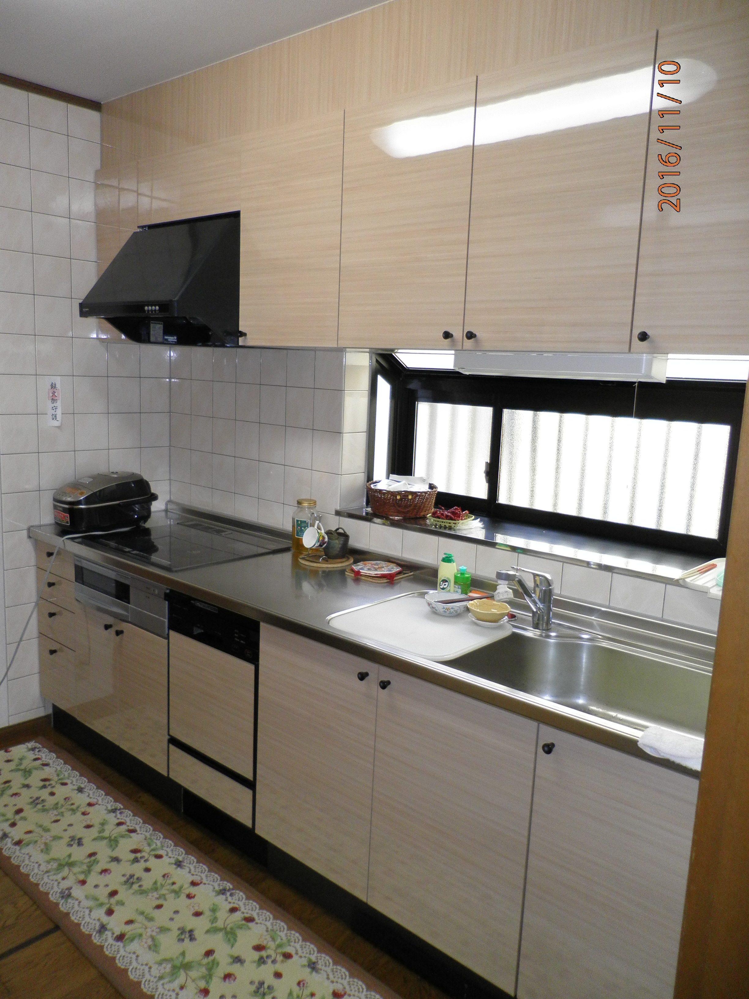 表面シートが捲れていたキッチンが新品みたいに|扉の簡単リフォーム