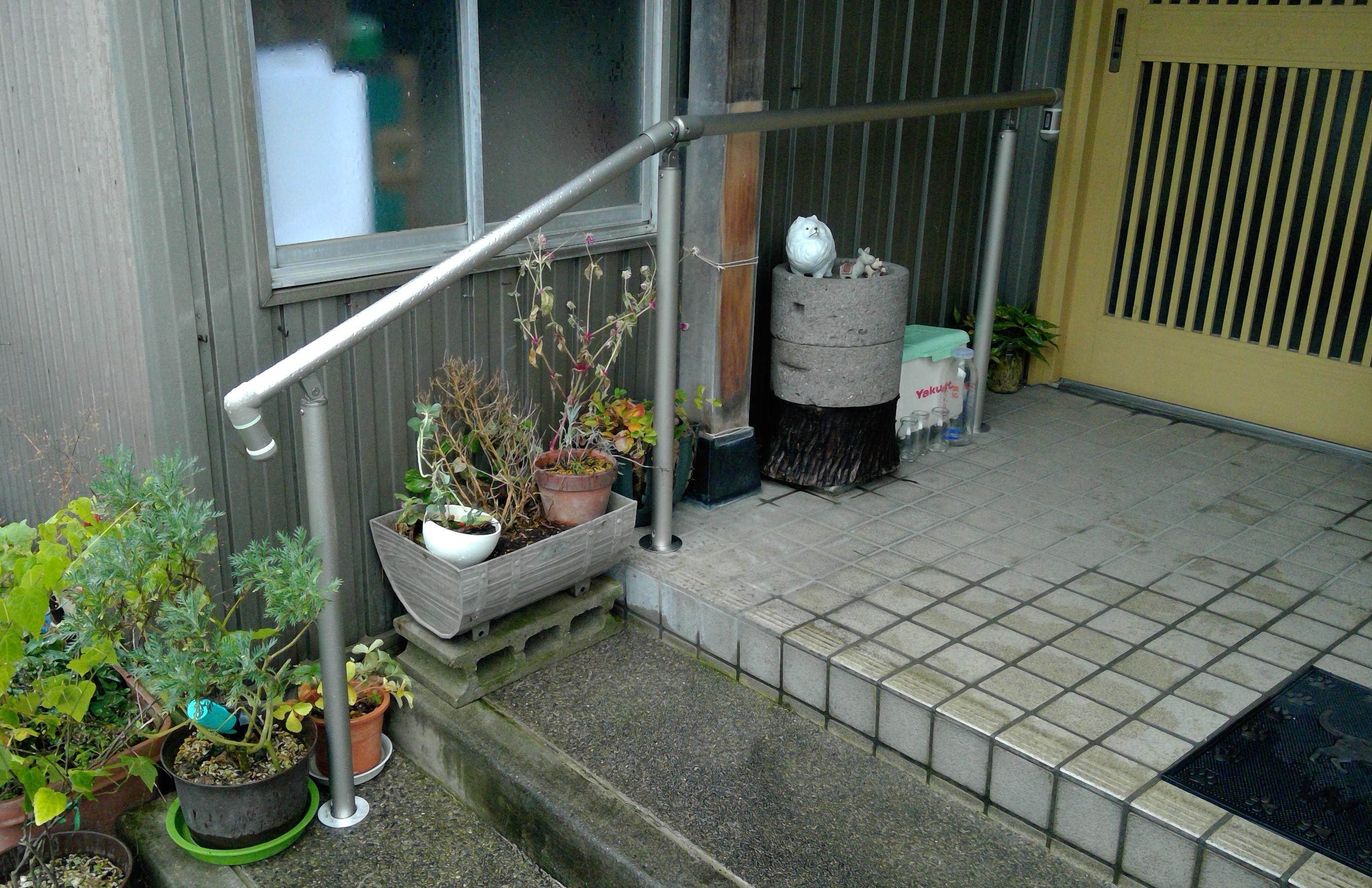 玄関前に手摺を設置し昇降時の安心感を!