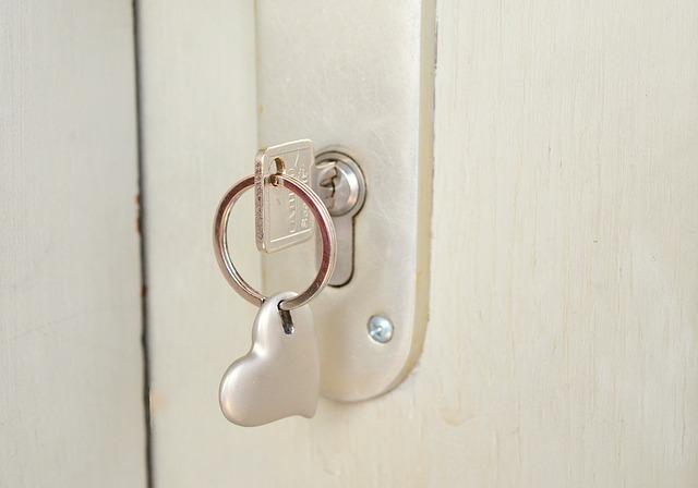 玄関の鍵が回らなくなった時の対処法|自分で出来る3つの方法の画像