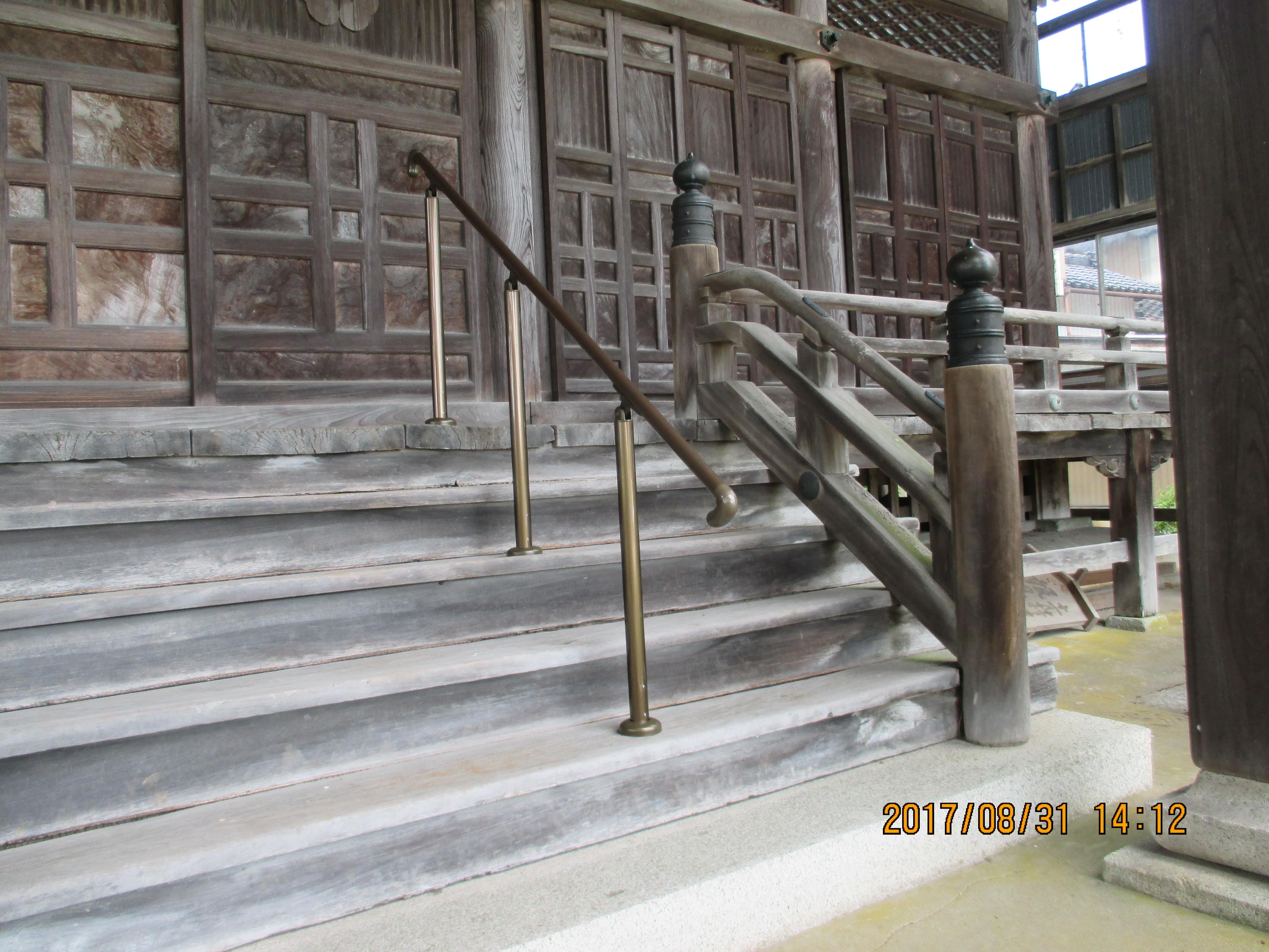 手摺取付工事|お寺の境内も高齢者に優しいバリアフリー