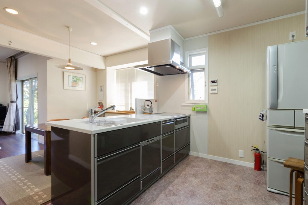 明るく開放的な対面式キッチン
