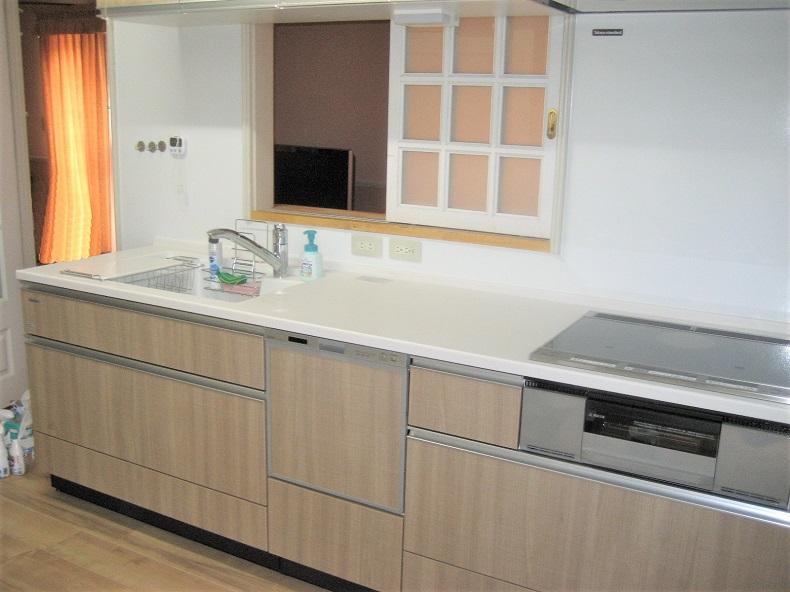 昔ながらの開き戸のキッチンから使いやすい引出し式のI型キッチンへ