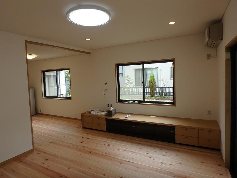 漆喰と無垢の床材でナチュラルなリビングに改装