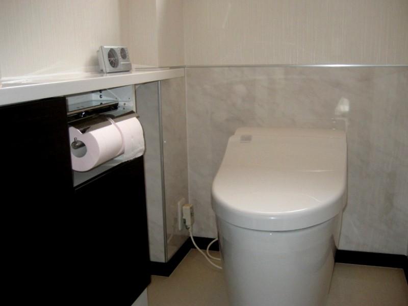 タンクレストイレと収納付き手洗器でおもてなしトイレ
