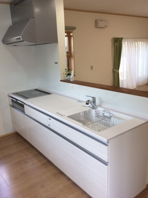 システムキッチン清潔感漂うホワイト