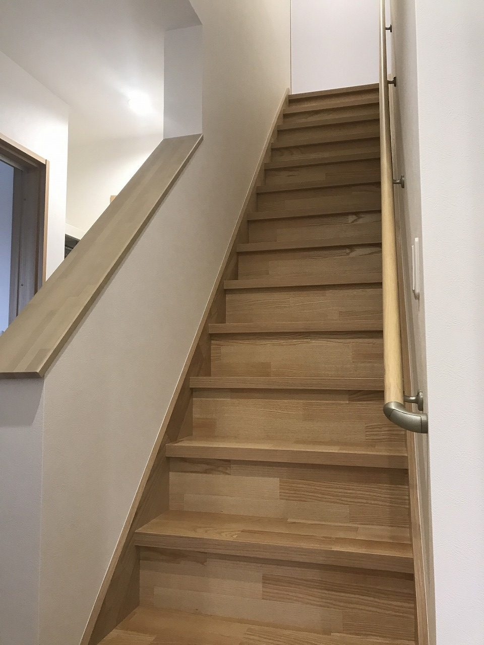 昔ながらの急な階段も段数を増やし安全に緩やかに
