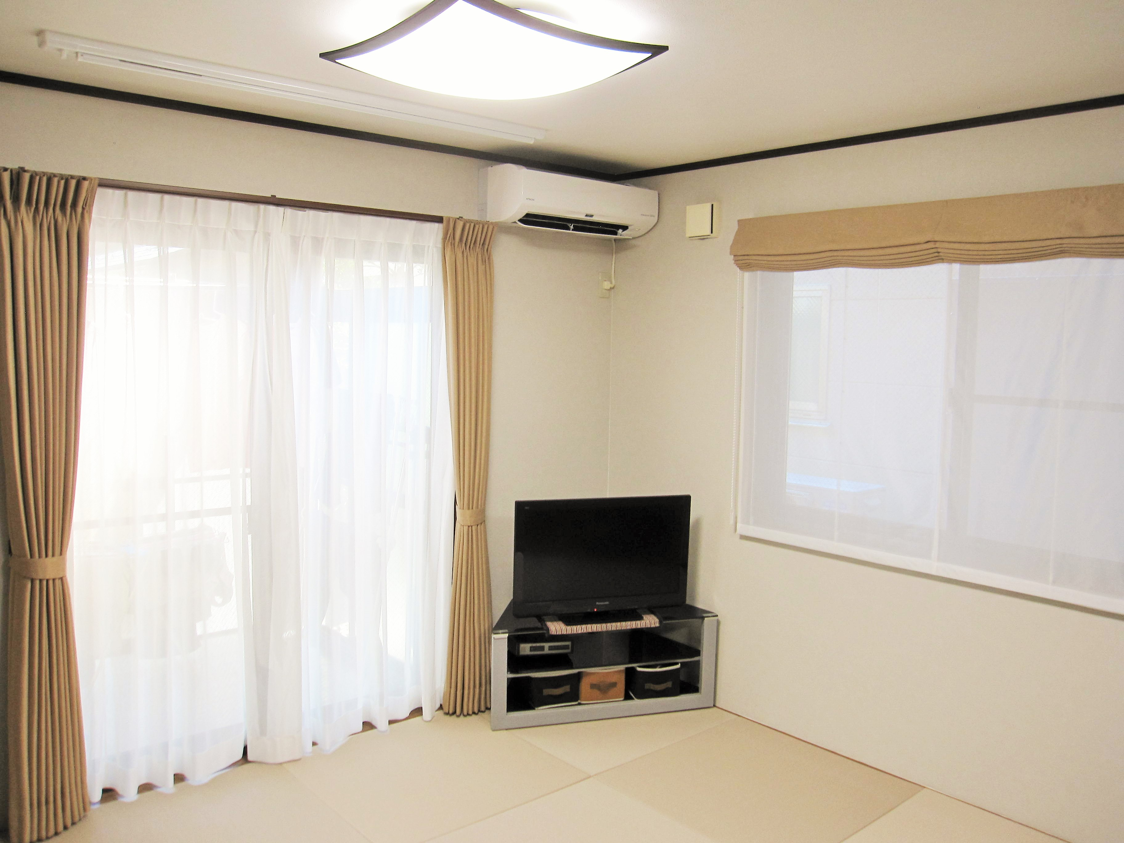 新しいクロスとカーテンで部屋が明るくなりました。