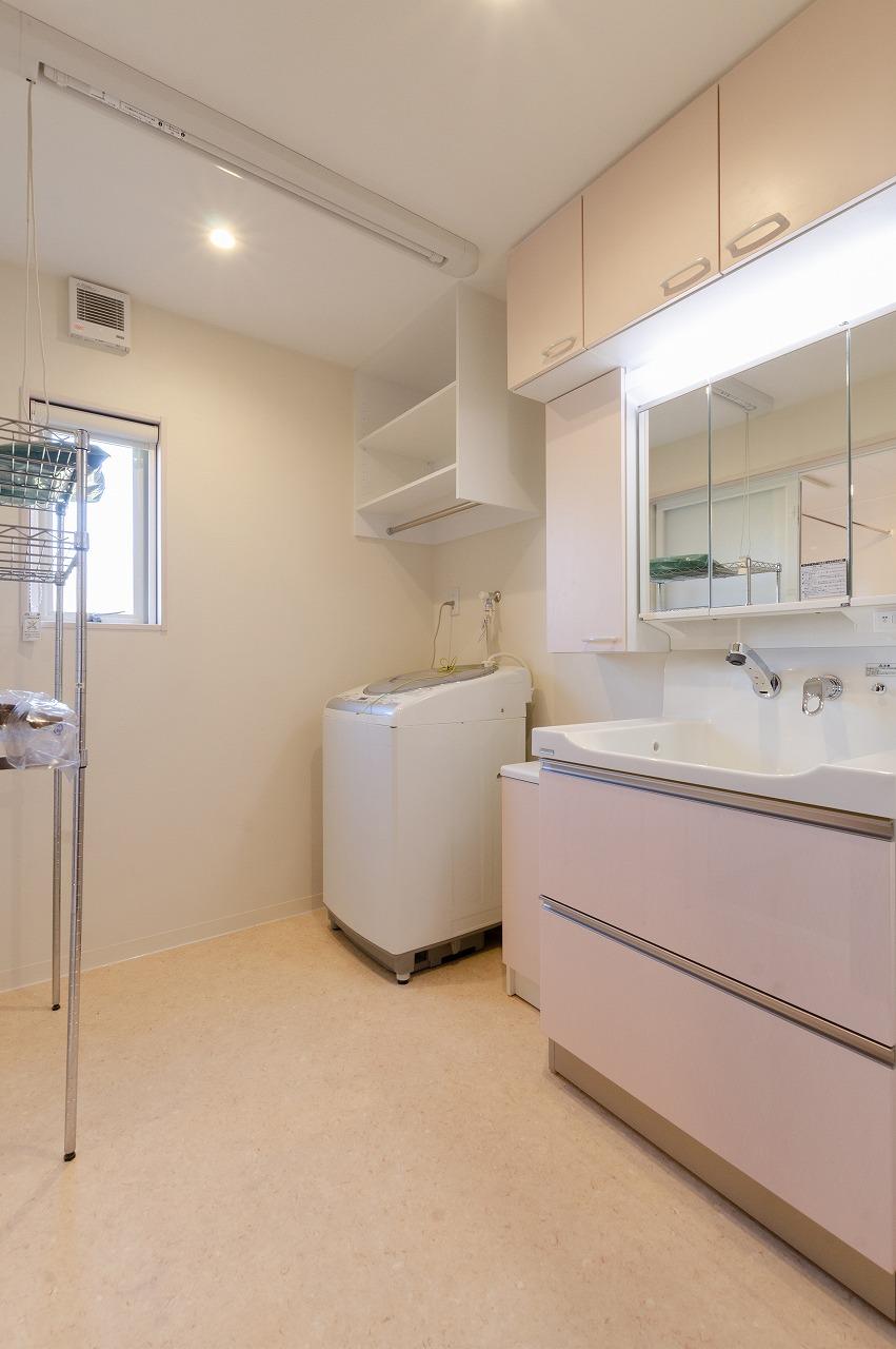 使いやすい引き出しタイプの洗面化粧台に入れ替え!明るく爽やかな空間になりました。