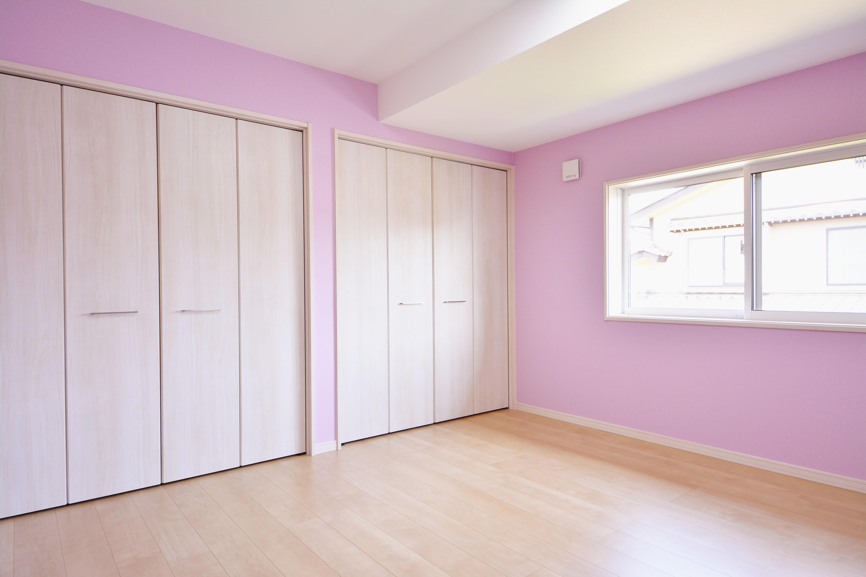和室から淡いパープルのクロスが明るくかわいい洋室に改装