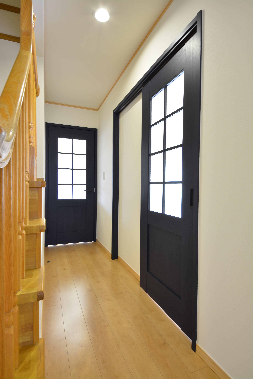 建具を新しく入替え、明かりが入り明るい廊下になりました。