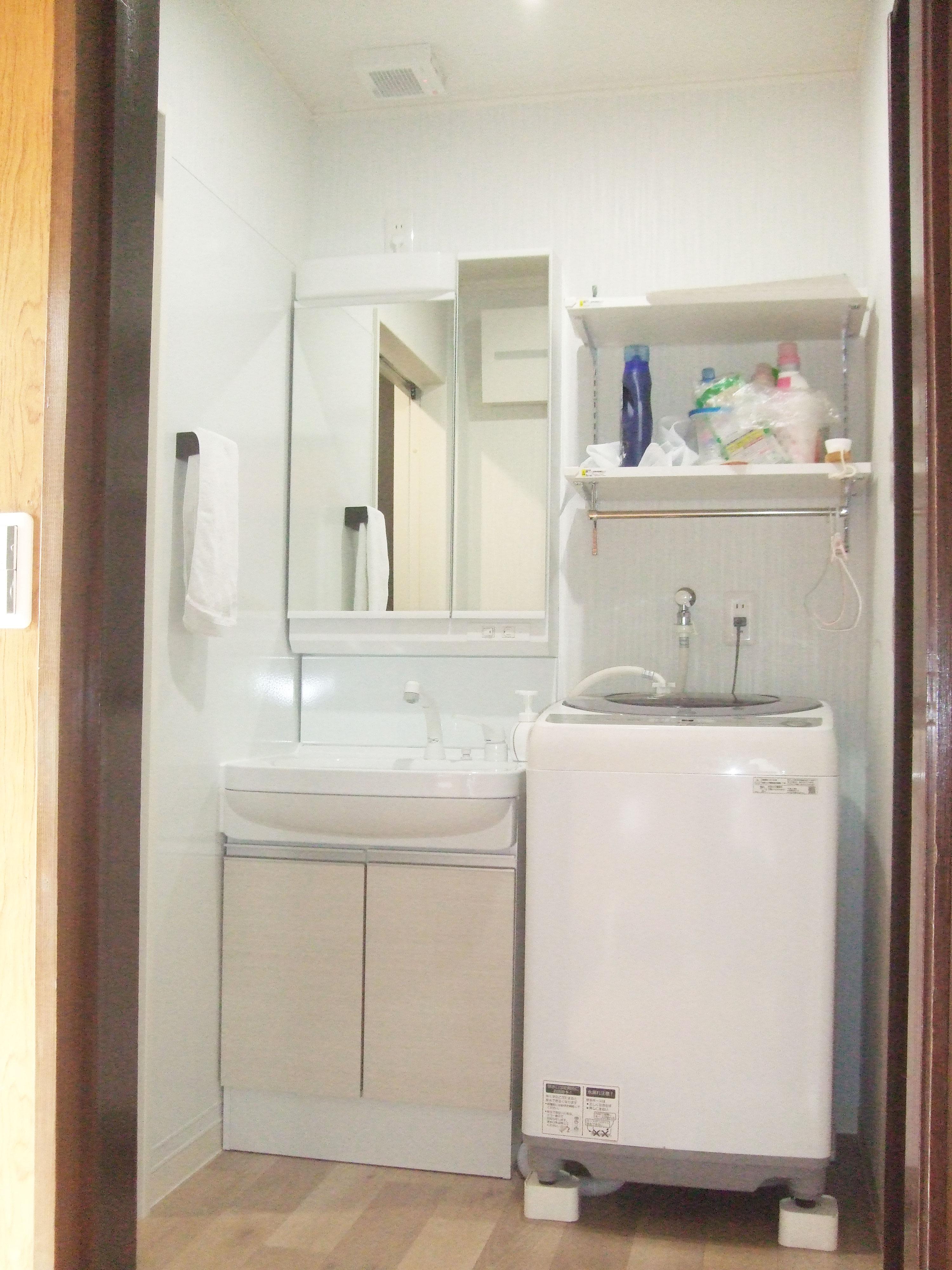 収納が足りず物が溢れかえっていた洗面所。新しい洗面所はスッキリしまえます!