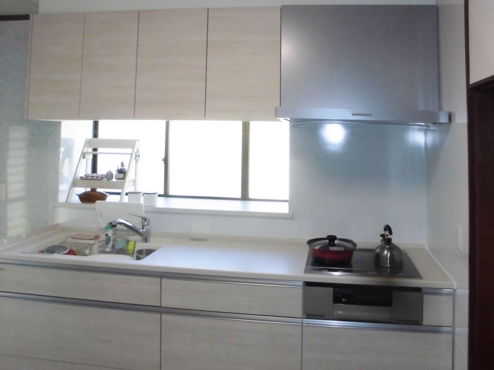白際立つ爽やかなキッチンへ入替え改装工事