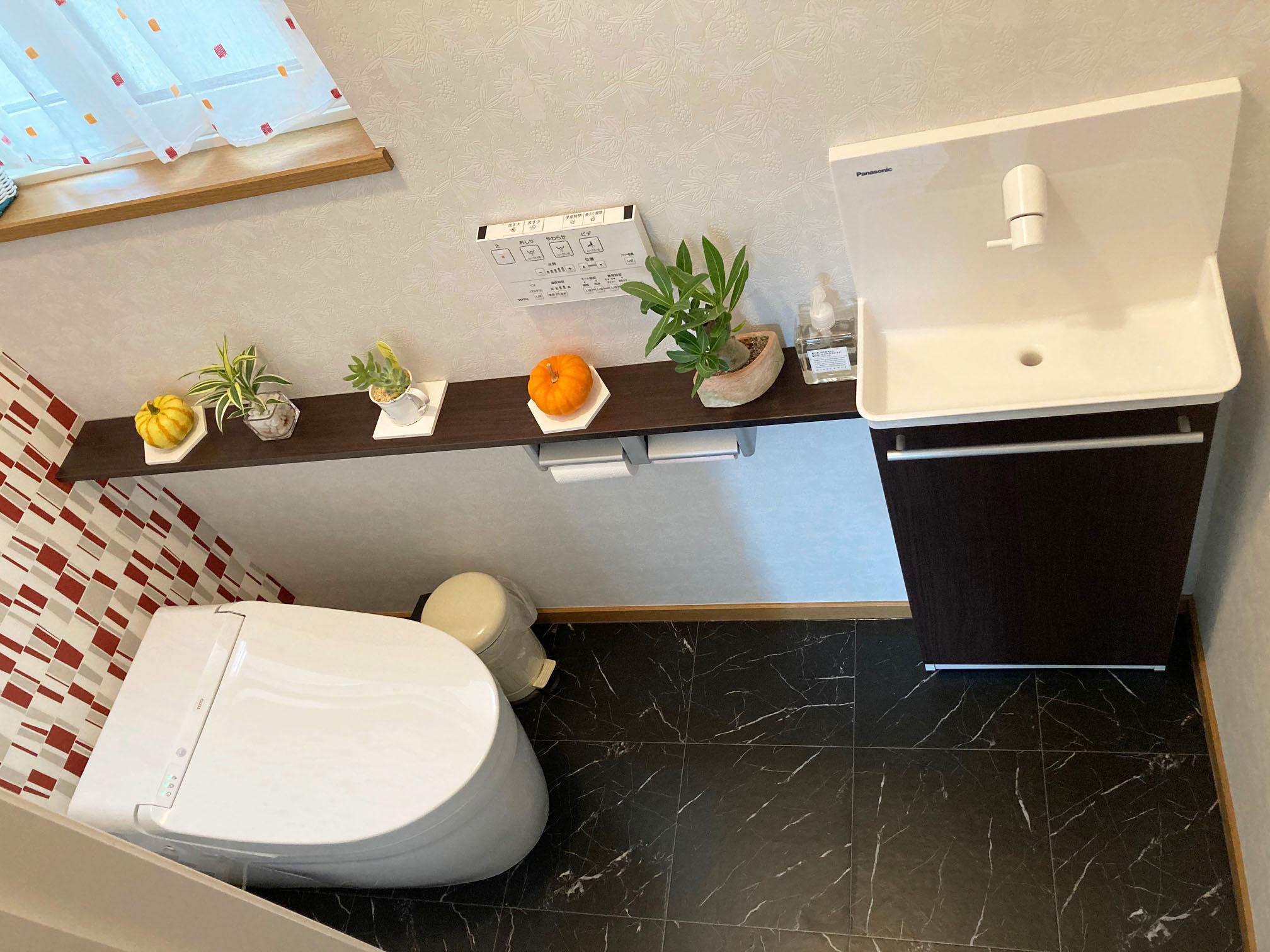 季節の小物も飾れる自分好みのトイレに改装