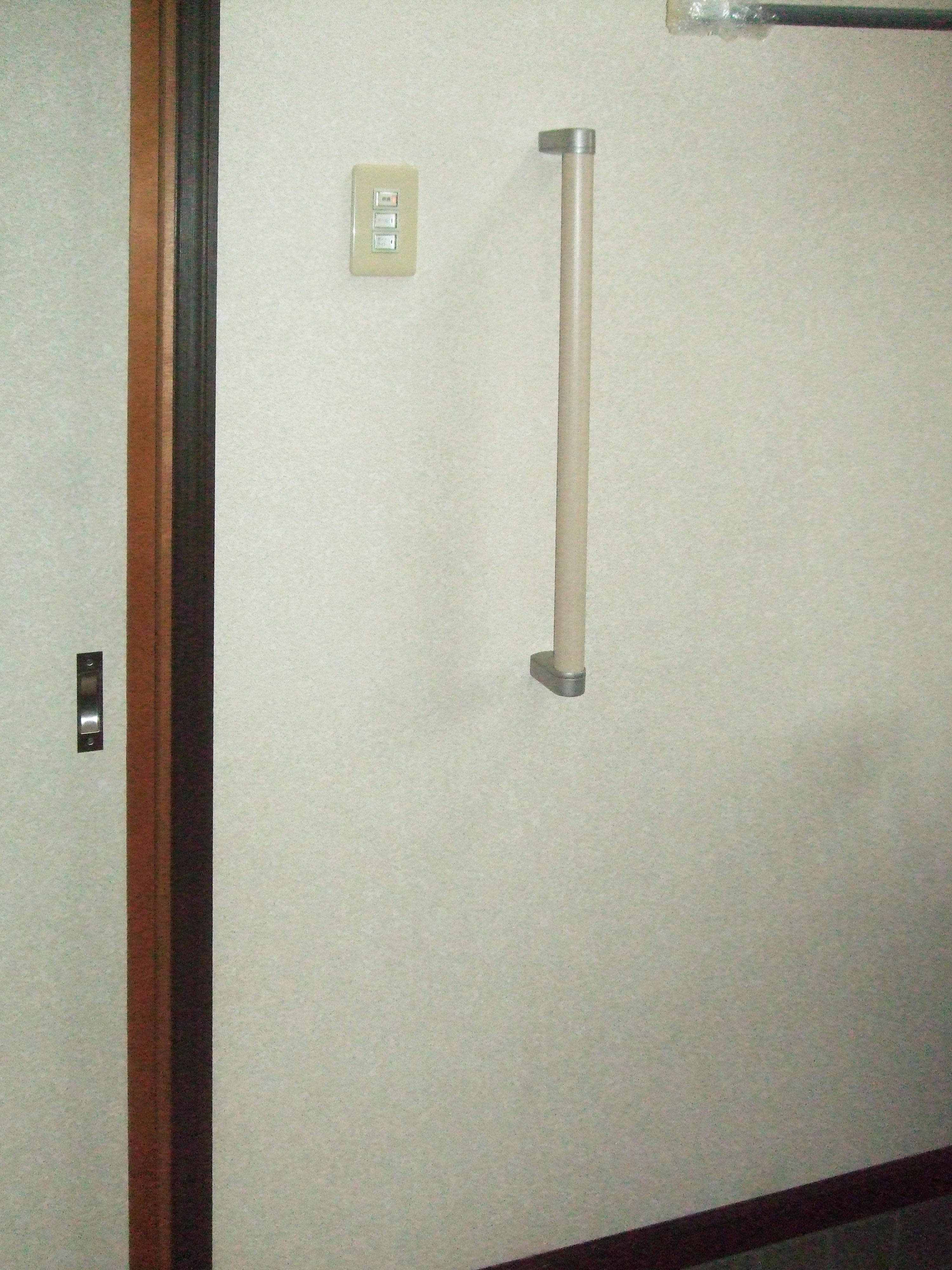 バリアフリー 玄関手摺設置で動作サポート