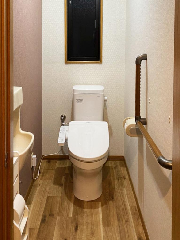 トイレ入替え工事 クロス張り分けと床色が落ち着きのある空間へ