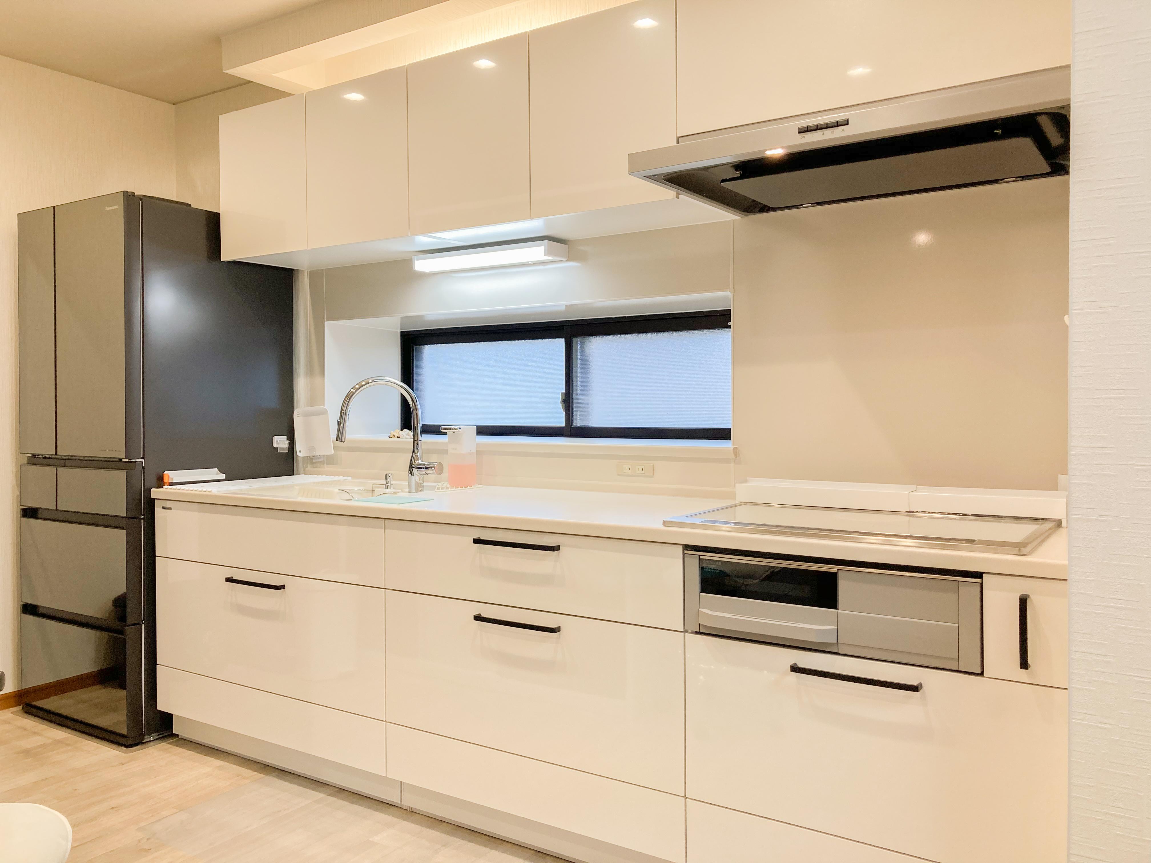 ホワイトカラーが爽やかなキッチン空間