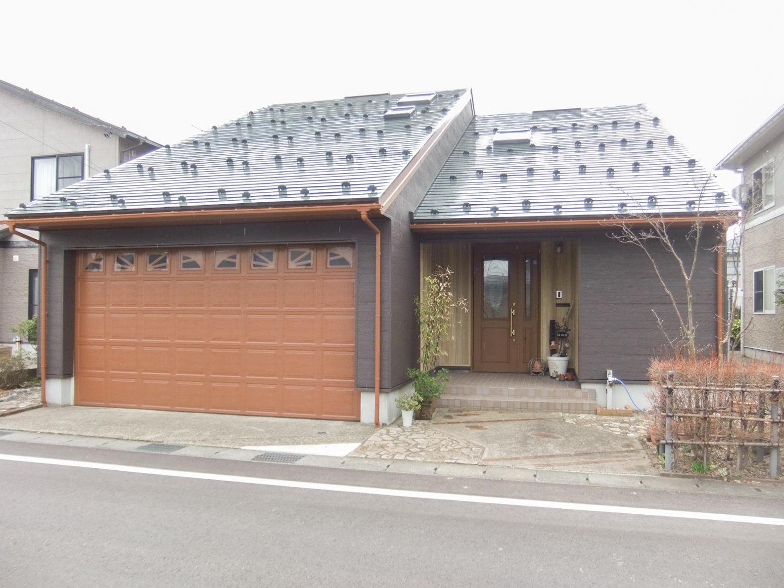 外壁:金属サイディング重ね張り・ガレージドアは塗装でキレイに生まれ変わりました。