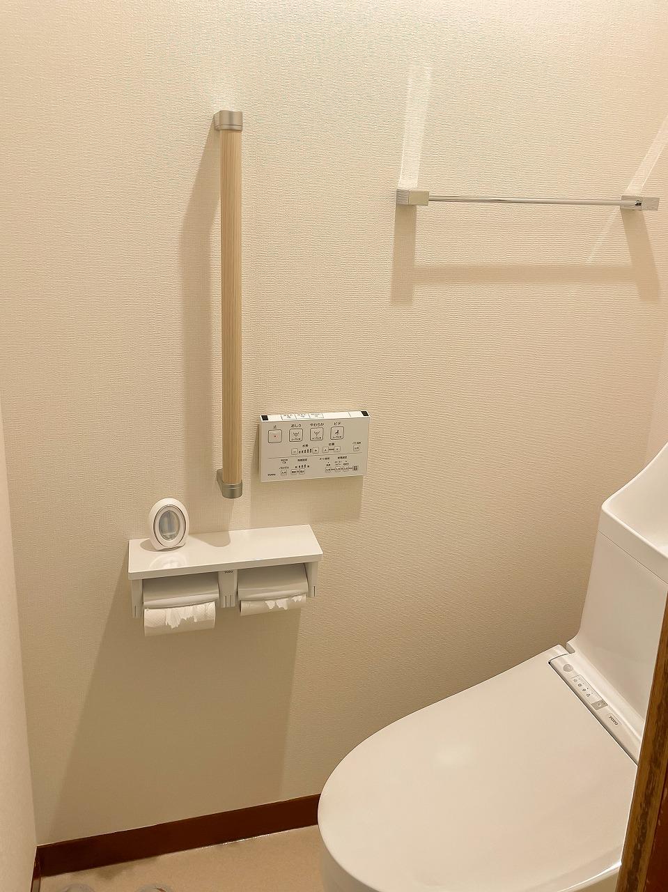 トイレ・紙巻き器・タオル掛けも新しく、今後のために手摺も取付